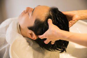 気になる頭皮のにおいの原因と対策